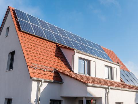 Haus mit Solaranlage auf dem Dach